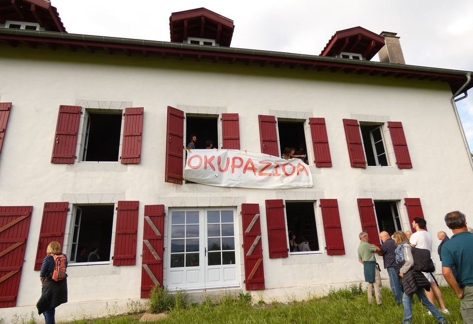 Les militants d'ELB et Lurzaindia font monter le ton de leur occupation.